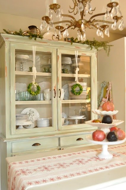 Pops of red….a mini holiday kitchen tour for Christmas….