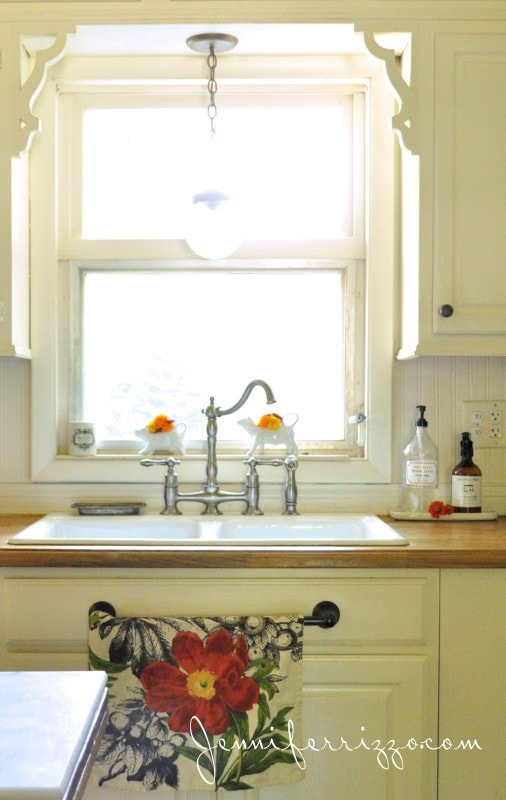 Kitchen windowsill decoarting ideas
