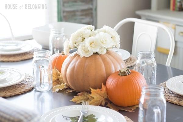 A pretty and simple pumpkin centerpiece