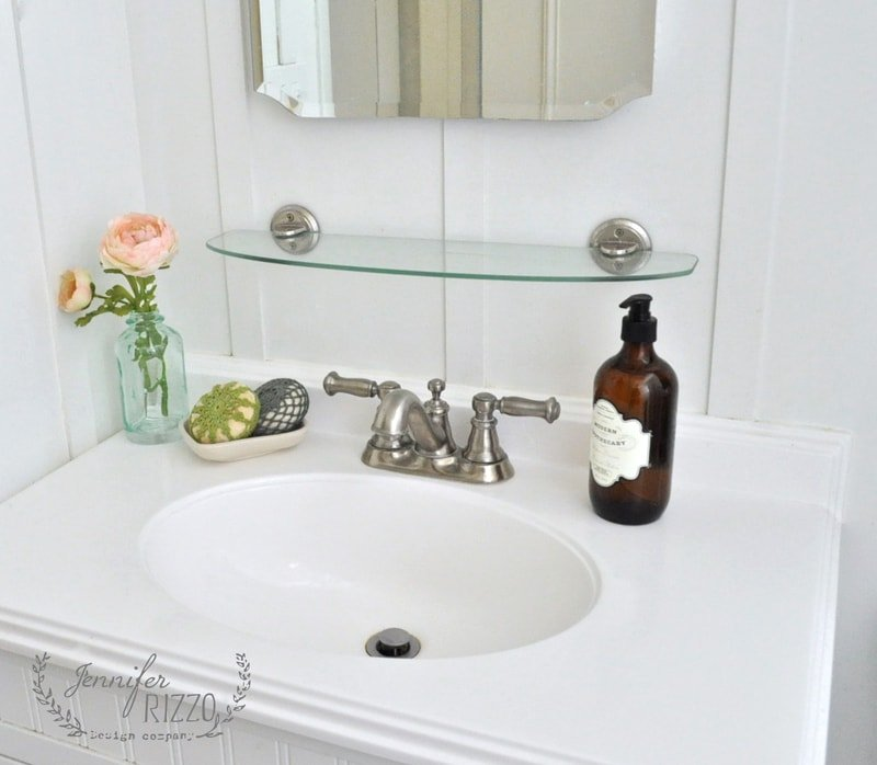 Pretty and simple bathroom counter decorating