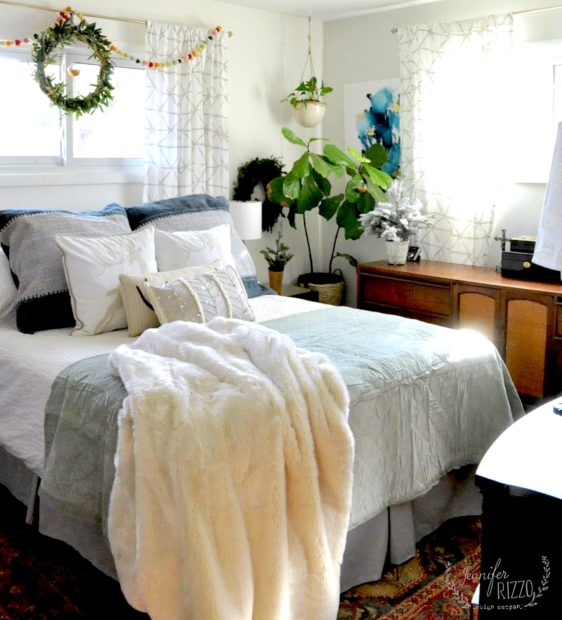 Boho winter and holiday bedroom with a simple touch of color #bohobedroom #winterdecor