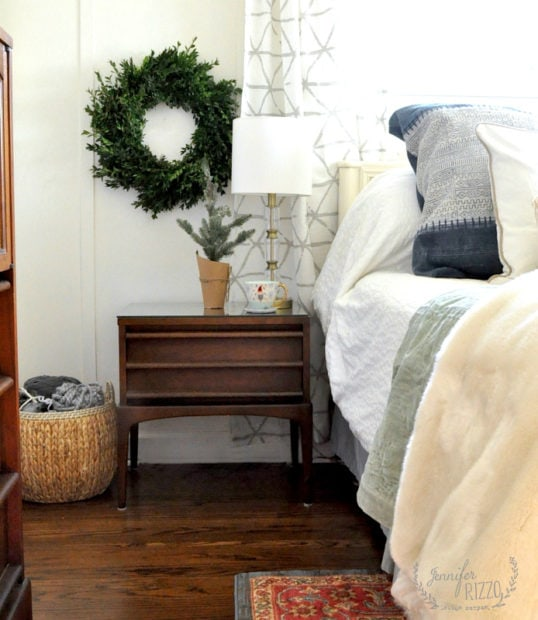 Holiday bedroom decor for a simple boho bedroom #mcm