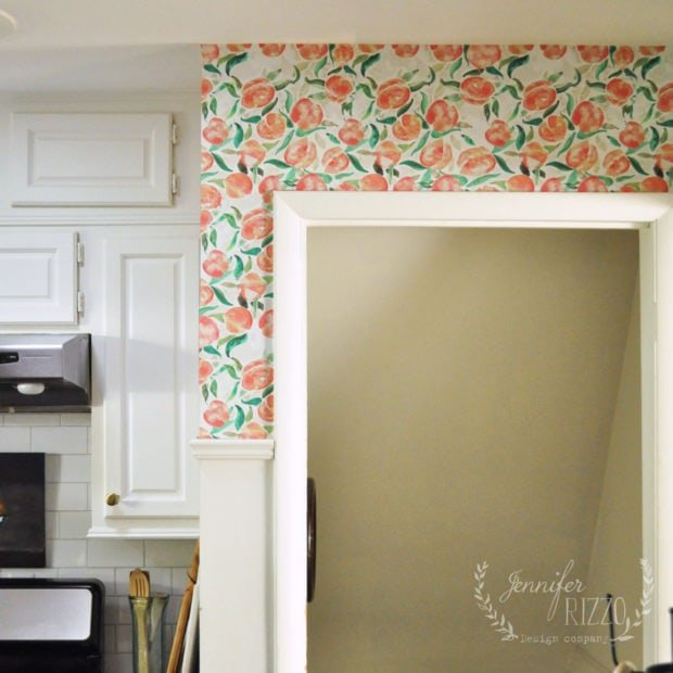 Peach wallpaper in the kitchen