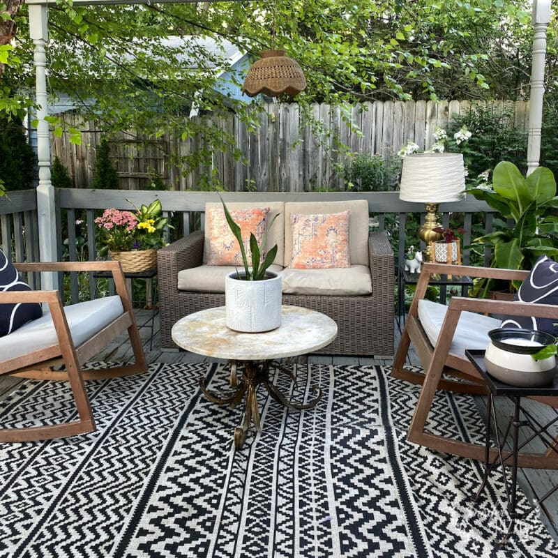 mini-deck makevoer with new black and white outdoor rug on deck