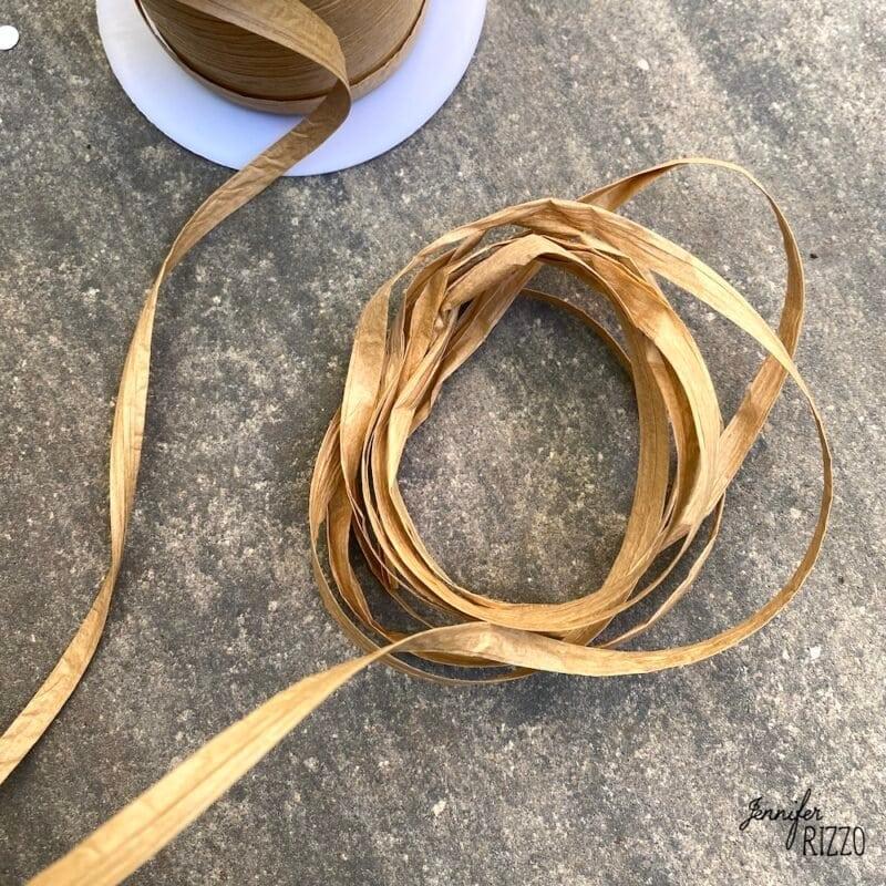 Create loops of Raffia for a DIY raffia tassels